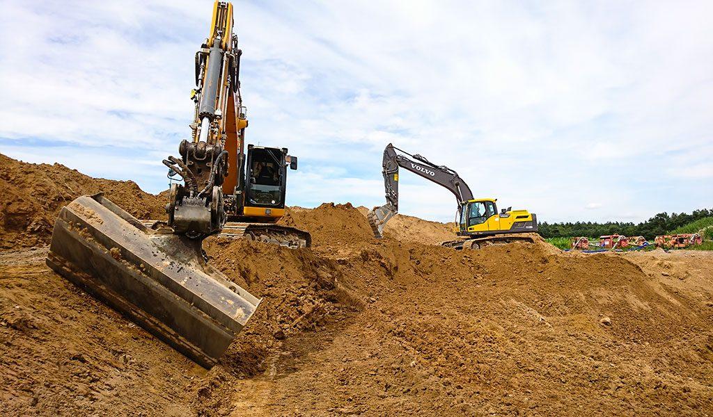 Präzises Arbeiten mit einem Kettenbagger bei den Aushubarbeiten eines Fundaments für eine Windkraftanlage.