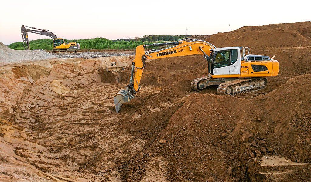Aushubarbeiten mit Kettenbaggern, hier entsteht eine Baugrube für das Fundament einer Windkraftanlage.