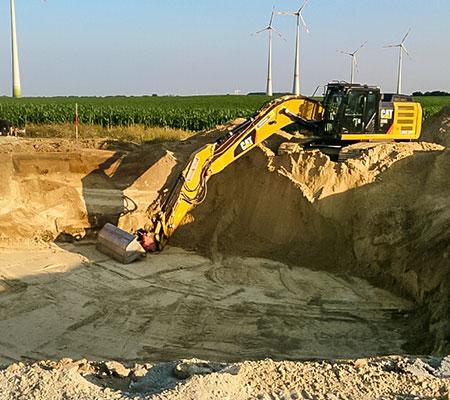 Im Erdbau ein Standard, Aushubarbeiten. Zu sehen ist der Aushub einer Baugrube für das Fundament einer Windkraftanlage.
