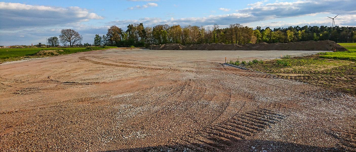 Flächenvorbereitungen zum Lagern von Baustoffen und abstellen von Fahrzeugen.
