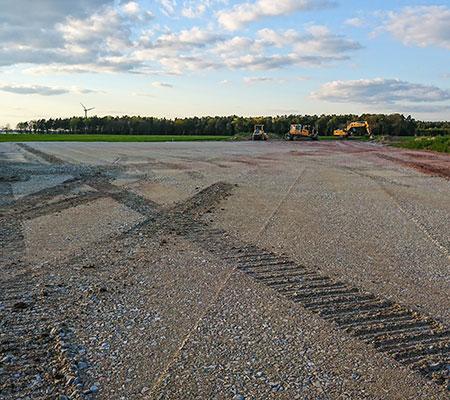 Flächenvorbereitungen im Erdbau. Im Zuge von weiteren Bautätigkeiten werden zwingend vorbereitete Flächen benötigt.
