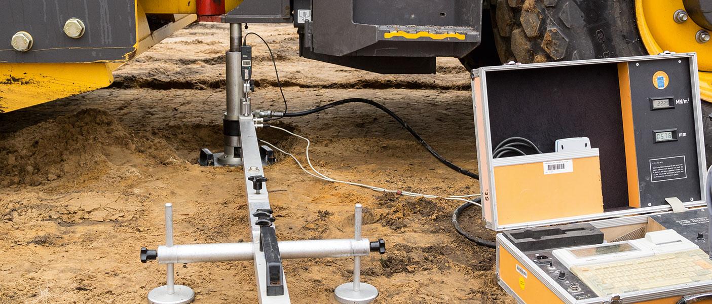 Professionelle Bodenverbesserung - Bild eines Plattendruckversuchs für die Untersuchung der Bodenbeschaffenheit.