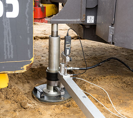 Professionelle Bodenverbesserung - Messung der Standfestigkeit des Bodens. Im Erdbau ist der Plattendruckversuch enorm wichtig.