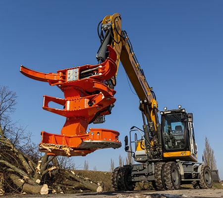 Ein präzise und kontrollierte Forstdienstleistung, Baumfällungen mit einem Woodcracker.