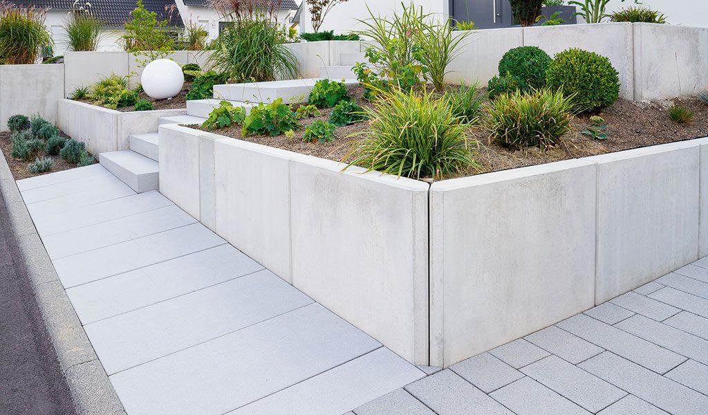 Bei den Pflasterarbeiten mit Beton gestalten, heutige Formen lassen kaum Wünsche offen.
