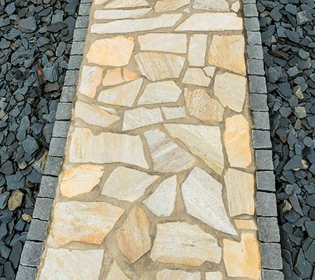 Pflasterweg mit Natursteinplatten (Polygonalplatten), im Garten- und Landschaftsbau eine schön anzusehende Sache.