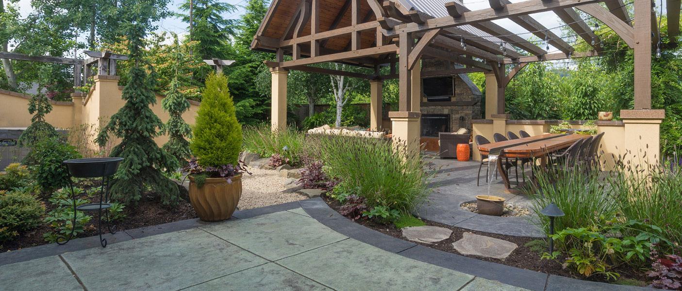 Garten mit Terrasse und offenem Gartenhaus, im Garten- und Landschaftsbau eine umfassende Arbeit.